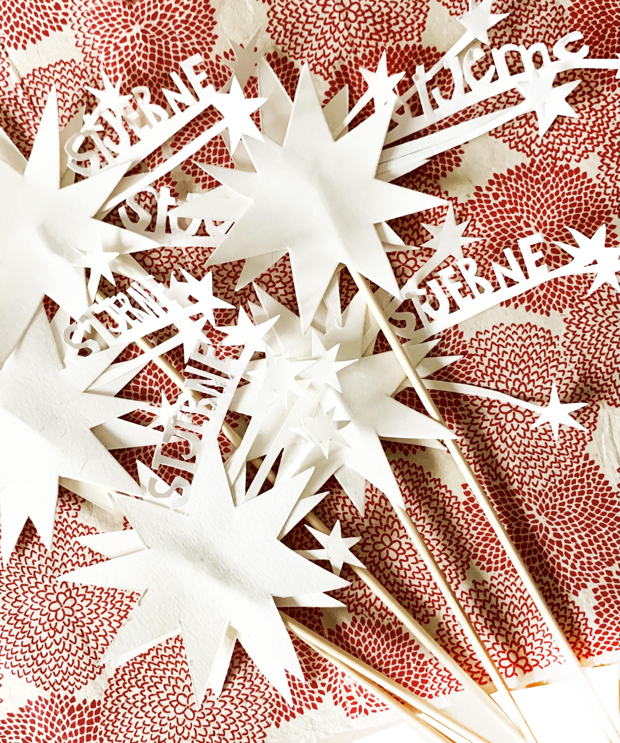 stjerneskud på rødt papir